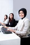 Mulher de negócios que sorri ao trabalhar no escritório foto de stock