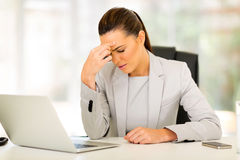 Mulher de negócios que tem a dor de cabeça Imagens de Stock Royalty Free