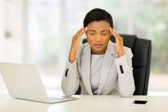 Mulher de negócios que tem a dor de cabeça Fotos de Stock Royalty Free