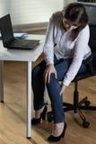 Mulher de negócios que tem o inchamento do pé fotos de stock