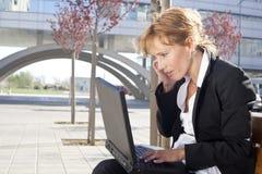 Mulher de negócios que tem uma conversação ao ar livre Fotografia de Stock Royalty Free