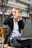 Mulher de negócios que tem uma conversação ao ar livre Fotografia de Stock
