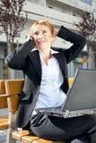 Mulher de negócios que tem uma conversação ao ar livre Foto de Stock Royalty Free