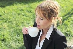 Mulher de negócios que tem uma ruptura de café Foto de Stock