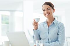 Mulher de negócios que tem uma ruptura de café fotos de stock royalty free