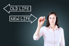 Mulher de negócios que tira uma vida velha ou um conceito novo da vida na tela Fundo para um cartão do convite ou umas felicitaçõ Foto de Stock