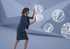 Mulher de negócios que toca em esferas da esfera 3D na sala mínima Fotos de Stock Royalty Free