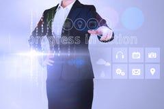 A mulher de negócios que toca nas palavras progride na ação na relação Fotografia de Stock Royalty Free