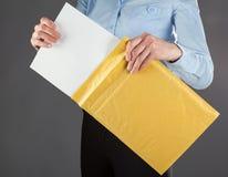 Mulher de negócios que toma a letra fora do envelope Fotografia de Stock