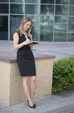 Mulher de negócios que toma notas no porto de Dubai Fotos de Stock Royalty Free