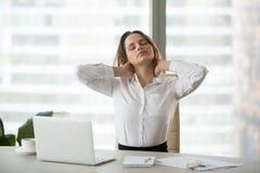 Mulher de negócios que toma a ruptura de trabalho que faz a massagem dos exercícios do escritório foto de stock royalty free