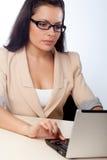 Mulher de negócios que trabalha com caderno imagem de stock