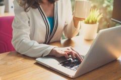 Mulher de negócios que trabalha com computador portátil fotos de stock royalty free