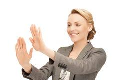 Mulher de negócios que trabalha com o algo imaginário Imagens de Stock Royalty Free