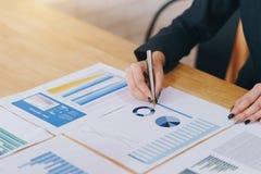 Mulher de negócios que trabalha com relatório financeiro dos dados novos do projeto da partida Documentos do investimento do empr fotos de stock
