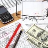 Mulher de negócios que trabalha com relatórios financeiros imagens de stock royalty free
