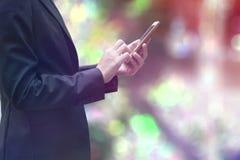 Mulher de negócios que trabalha com smartphone Fotografia de Stock Royalty Free