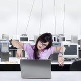 Mulher de negócios que trabalha como um escravo imagens de stock royalty free
