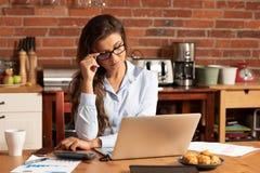 Mulher de negócios que trabalha em casa o escritório imagem de stock