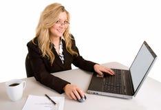 Mulher de negócios que trabalha em seu portátil Imagens de Stock Royalty Free