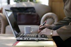 Mulher de negócios que trabalha em um computador portátil imagem de stock