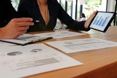 Mulher de negócios que trabalha na conexão do portátil e do telefone celular da tabuleta Imagens de Stock