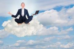 A mulher de negócios que trabalha no céu e em meditar Foto de Stock