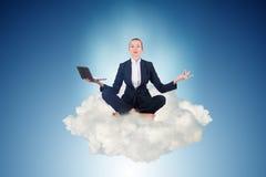 A mulher de negócios que trabalha no céu e em meditar Fotografia de Stock