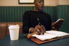 Mulher de negócios que trabalha no café apenas imagem de stock
