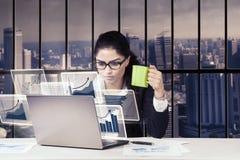 Mulher de negócios que trabalha no escritório imagens de stock