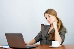 Mulher de negócios que trabalha no portátil Fotos de Stock