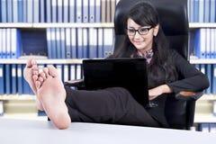 Mulher de negócios que trabalha no portátil fotografia de stock
