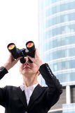 Mulher de negócios que usa binóculos Imagem de Stock Royalty Free