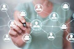 A mulher de negócios que usa a conexão de rede social com uma pena 3D arranca Imagem de Stock Royalty Free