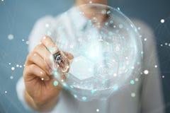 Mulher de negócios que usa a esfera digital dos dados dos holograma com uma pena 3D Imagens de Stock