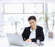 Mulher de negócios que usa o computador foto de stock
