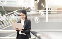 Mulher de negócios que usa o computador e o cartão de crédito para comprar em linha Fotografia de Stock Royalty Free