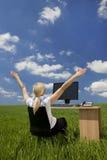 Mulher de negócios que usa o computador em um campo verde Fotos de Stock