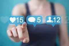 Mulher de negócios que usa o rende social colorido digital dos ícones 3D dos meios Imagem de Stock Royalty Free
