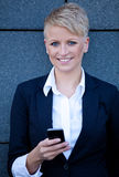 Mulher de negócios que usa o telefone esperto Fotografia de Stock