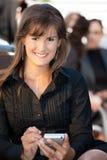 Mulher de negócios que usa o telefone móvel imagem de stock