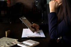 Mulher de negócios que usa a tabuleta à situação no valor de mercado, conceito do negócio imagens de stock