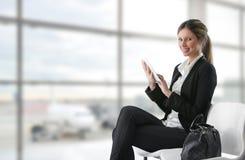 Mulher de negócios que usa a tabuleta fotografia de stock royalty free
