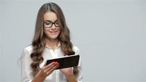 Mulher de negócios que usa a tabuleta vídeos de arquivo
