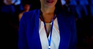 Mulher de negócios que usa a tabuleta digital no seminário no auditório 4k vídeos de arquivo
