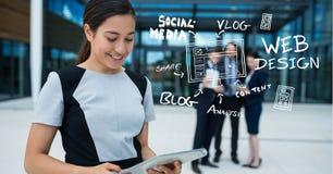 Mulher de negócios que usa a tabuleta digital por ícones fora do escritório Imagens de Stock