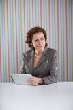 Mulher de negócios que usa uma tabuleta digital Imagens de Stock