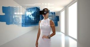 Mulher de negócios que usa vidros da realidade virtual filme