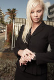 Mulher de negócios que verific seu relógio Fotografia de Stock