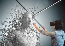 Mulher de negócios que veste vidros de VR ao tocar no ser humano 3d Foto de Stock Royalty Free